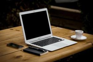 MacBookAirTable1920x1280